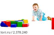 Маленький мальчик ползет к  кубикам. Стоковое фото, фотограф Сергей Коршенюк / Фотобанк Лори