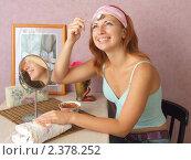 Купить «Массаж ложкой, косметические процедуры», фото № 2378252, снято 1 января 2006 г. (c) Надежда Глазова / Фотобанк Лори