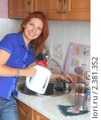Купить «Девушка наливает водопроводную воду в чайник из крана фильтрованной воды», фото № 2381352, снято 1 января 2006 г. (c) Надежда Глазова / Фотобанк Лори