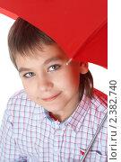 Купить «Мальчик с красным зонтом», фото № 2382740, снято 7 февраля 2009 г. (c) Ольга Красавина / Фотобанк Лори