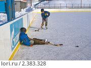 Купить «Дети играют в хоккейной коробке», фото № 2383328, снято 27 февраля 2011 г. (c) Игорь Момот / Фотобанк Лори