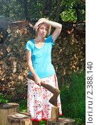 Купить «Уставшая женщина с колуном заготавливает дрова, чтобы отапливать дачу», эксклюзивное фото № 2388140, снято 24 июля 2010 г. (c) Куликов Константин / Фотобанк Лори