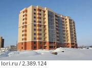 Новостройка. Кирпичный дом на фоне синего неба зимой. Стоковое фото, фотограф Tatyana Kubasova / Фотобанк Лори