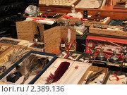 Старинные письменные принадлежности (перья, чернильницы, бумага) (2011 год). Редакционное фото, фотограф Tatyana Kubasova / Фотобанк Лори