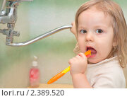 Купить «Маленькая девочка чистит зубы», фото № 2389520, снято 28 февраля 2011 г. (c) Сергей Фастов / Фотобанк Лори
