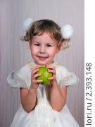 Купить «Маленькая девочка держит в руках яблоко», эксклюзивное фото № 2393148, снято 6 февраля 2011 г. (c) Куликова Вероника / Фотобанк Лори