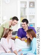 Купить «Друзья пьют чай и сок», фото № 2394552, снято 15 января 2011 г. (c) Raev Denis / Фотобанк Лори
