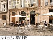 Уличное кафе на площади около собора Богоматери в Бургосе (2009 год). Редакционное фото, фотограф Elena Monakhova / Фотобанк Лори