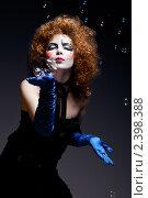 Купить «Девушка в сценическом гриме с мыльными пузырями», фото № 2398388, снято 25 апреля 2019 г. (c) Игорь Бородин / Фотобанк Лори