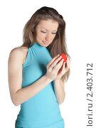 Купить «Девушка с подарочным футляром», фото № 2403712, снято 12 февраля 2011 г. (c) Черников Роман / Фотобанк Лори