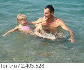Купить «Отец, обучающий дочь плавать», фото № 2405528, снято 18 августа 2010 г. (c) Сметанова Наталия / Фотобанк Лори