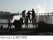 Молодежь на набережной (2010 год). Редакционное фото, фотограф Илья Бунин / Фотобанк Лори