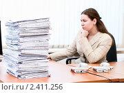 Купить «Девушка в офисе с кипой документов», фото № 2411256, снято 8 марта 2011 г. (c) Кекяляйнен Андрей / Фотобанк Лори