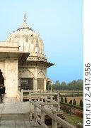 Купить «Купол белого дворца на территории Красного форта в Дели, Индия», фото № 2417956, снято 9 декабря 2009 г. (c) Вера Тропынина / Фотобанк Лори