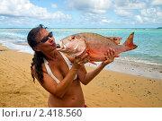 Женщина посылает воздушный поцелуй большой рыбе (морской окунь) Стоковое фото, фотограф Ирина Кожемякина / Фотобанк Лори