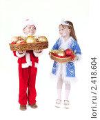 Купить «Девочка с новогодними украшениями», фото № 2418604, снято 28 ноября 2010 г. (c) Кирилл Греков / Фотобанк Лори