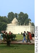 Купить «Белый дворец на территории Красного форта в Дели, Индия», фото № 2423096, снято 9 декабря 2009 г. (c) Вера Тропынина / Фотобанк Лори