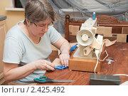 Купить «Женщина шьет на швейной машине», фото № 2425492, снято 15 марта 2011 г. (c) Марина Славина / Фотобанк Лори