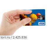 Пластиковая карта VISA в руке (2011 год). Редакционное фото, фотограф Вадим Карпусь / Фотобанк Лори