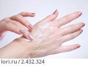 Купить «Женщина наносит на тыльную поверхность руки увлажняющий косметический крем», фото № 2432324, снято 28 марта 2020 г. (c) AlphaBravo / Фотобанк Лори