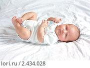 Малыш лежит на кровати. Стоковое фото, фотограф Михеев Павел / Фотобанк Лори