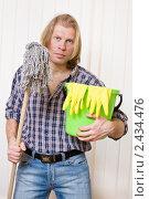 Купить «Светловолосый мужчина с ведром и шваброй», фото № 2434476, снято 27 марта 2011 г. (c) Darkbird77 / Фотобанк Лори
