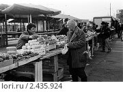 Попрошайка и продавец фруктов на рынке. Редакционное фото, фотограф Андрей Константинов / Фотобанк Лори