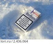 Купить «Пачка сигарет на снегу», эксклюзивное фото № 2436064, снято 27 марта 2011 г. (c) lana1501 / Фотобанк Лори
