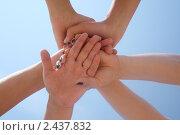 Купить «Шесть рук, сложенных друг на друга на фоне неба», фото № 2437832, снято 18 августа 2018 г. (c) Corwin / Фотобанк Лори