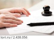 Бизнесмен собирается подписать документы и поставить печать. Стоковое фото, фотограф Илья Андриянов / Фотобанк Лори