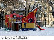 Купить «Детская площадка во дворе», фото № 2438292, снято 7 января 2011 г. (c) Петр Бюнау / Фотобанк Лори