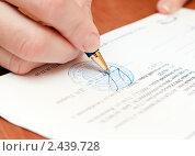 Купить «Подписывание документов. Подпись», эксклюзивное фото № 2439728, снято 31 марта 2011 г. (c) Игорь Низов / Фотобанк Лори