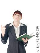 Молодая девушка в деловом костюме с ежедневником. Стоковое фото, фотограф Виктория Кононова / Фотобанк Лори