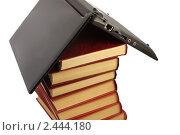 Ноутбук на стопке книг. Стоковое фото, фотограф Олег Юрмашев / Фотобанк Лори
