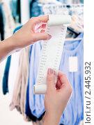 Купить «Женщина держит в руках чек из магазина в виде свитка», фото № 2445932, снято 26 мая 2019 г. (c) AlphaBravo / Фотобанк Лори