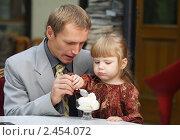 Купить «Отец с дочкой в кафе», фото № 2454072, снято 14 сентября 2008 г. (c) Чепко Данил / Фотобанк Лори