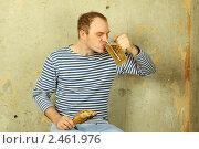Купить «Мужчина в тельняшке с кружкой пива», фото № 2461976, снято 26 июня 2019 г. (c) Allika / Фотобанк Лори