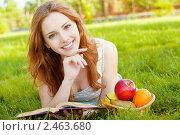 Купить «Красивая девушка с яблоками и книгой», фото № 2463680, снято 4 июня 2010 г. (c) BestPhotoStudio / Фотобанк Лори
