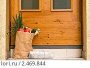 Купить «Пакет с продуктами и газета лежат у двери дома», фото № 2469844, снято 19 мая 2020 г. (c) Marina Appel / Фотобанк Лори
