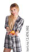 Купить «Девушка предлагает яблоко», фото № 2476992, снято 7 марта 2011 г. (c) Черников Роман / Фотобанк Лори