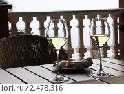 Белое вино на веранде. Стоковое фото, фотограф Татьяна Четвертакова / Фотобанк Лори