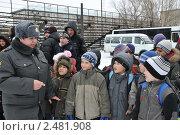 Купить «Инспектор полиции с детьми», эксклюзивное фото № 2481908, снято 17 марта 2011 г. (c) Free Wind / Фотобанк Лори
