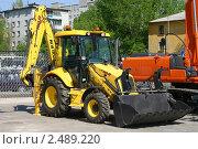 Желтый трактор на выставке в Нижнем Новгороде (2010 год). Редакционное фото, фотограф Gagara / Фотобанк Лори