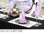 Купить «Сервированный стол в ресторане», фото № 2491556, снято 16 августа 2018 г. (c) Дмитрий Калиновский / Фотобанк Лори