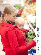 Купить «Мама с ребенком делают покупки в супермаркете», фото № 2494088, снято 17 сентября 2010 г. (c) Бурков Андрей / Фотобанк Лори