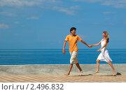 Счастливая пара на морском побережье. Стоковое фото, фотограф Иван Полушкин / Фотобанк Лори