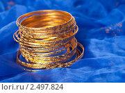 Золотые женские браслеты. Стоковое фото, фотограф Виктория Кононова / Фотобанк Лори