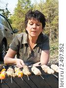 Купить «Женщина у мангала с шашлыком на пикнике», фото № 2497852, снято 24 апреля 2011 г. (c) Светлана Кузнецова / Фотобанк Лори