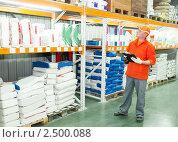 Купить «Работник на складе», фото № 2500088, снято 17 октября 2018 г. (c) Дмитрий Калиновский / Фотобанк Лори