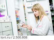 Купить «Аптекарь у стеллажа с лекарствами», фото № 2500808, снято 24 апреля 2019 г. (c) Дмитрий Калиновский / Фотобанк Лори